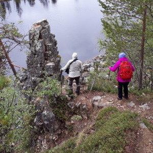 Kaksi retkeilijää laskeutuvat Taatsin seidalle.